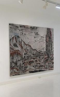 """Fotografía de la exhibición """"Colección en diálogos"""" de Bruno del Giudice, Agustín González Goytía y Lucrecia Lionti."""